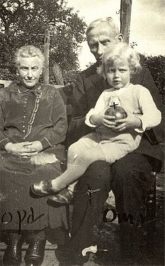 Horst with his grandmother and grandfather. Source: Janssen-Nachlass
