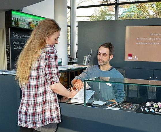 Visitor at the counter. Photo: Horst-Janssen-Museum