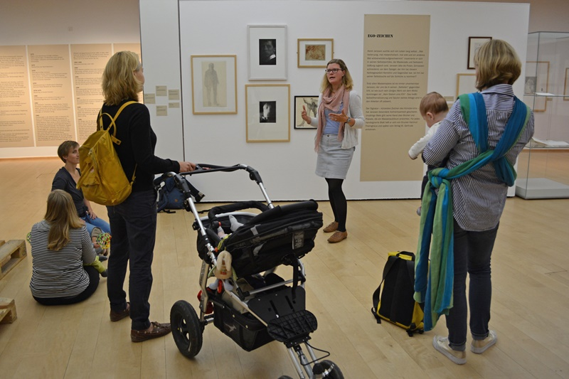 Mothers with babies and pushchairs. Photo: Horst-Janssen-Museum